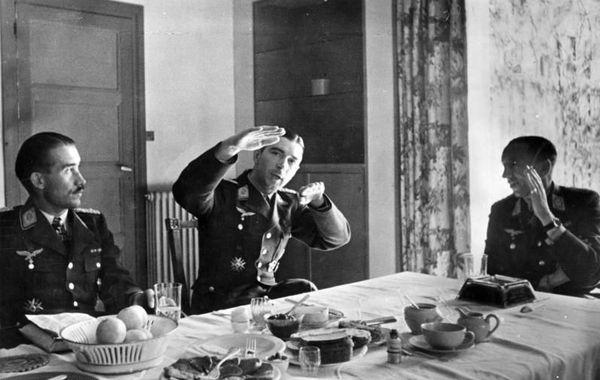 Theo Osterkamp (à droite), en avril 1941 au Touquet, en compagnie des as allemands Adolf Galland (à gauche) et Werner Mölders (au centre).