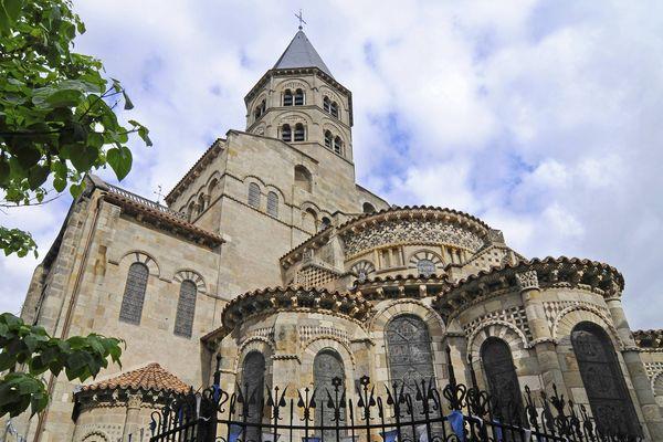 La basilique Notre-Dame du Port à Clermont-Ferrand accueille les amoureux la veille de la Saint-Valentin