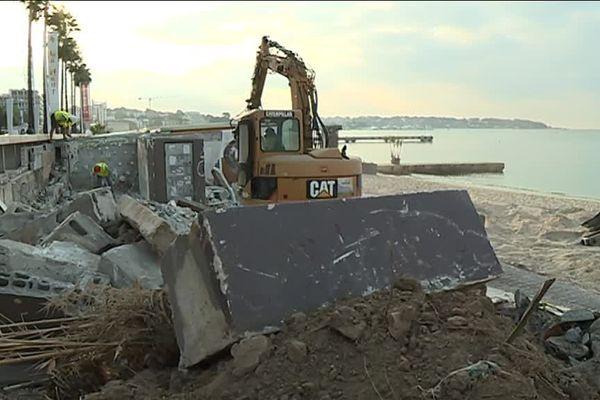 La démolition des bâtiments est en cours à Juan-les-Pins.