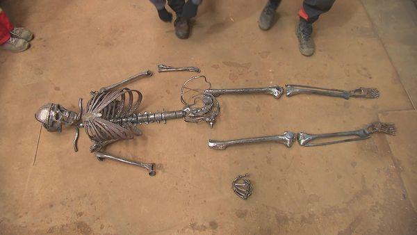 Les pièces en métal s'assemblent les unes après les autres pour reproduire avec le maximum d'exactitude un squelette humain.
