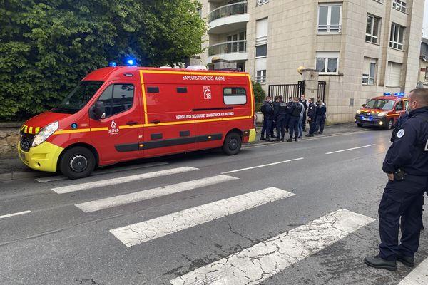 Les policiers et les pompiers devant l'immeuble où s'est déroulé le drame.