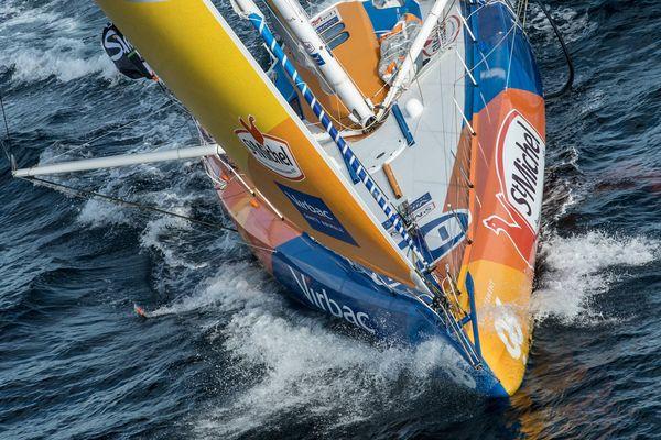 Tandis que le leader Alex Thomson mène toujours la course, et creuse son écart dans ce Vendée Globe, Jean-Pierre Dick remonte.