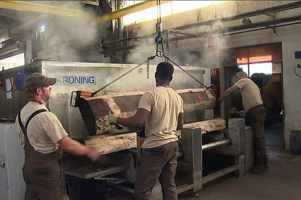 Les employés de Danzer France continuent leur travail avant la fermeture du site en septembre ou en octobre.