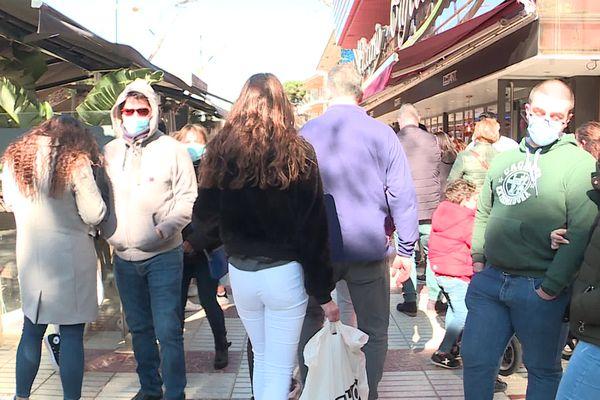 Du monde dans les rues à Platja d'Aro en Catalogne.