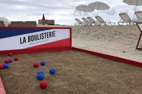 Partie de pétanque sur plage privée pendant le festival de Cannes.