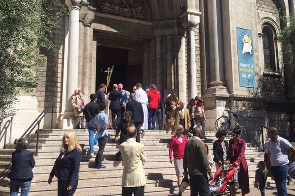 Les paroissiens de l'église Saint-Pierre d'Arène à Nice sont sortis dans le calme à la fin de la messe de Pâques.