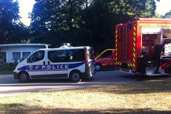 La cellule de risques technologique et chimique des pompiers a été dépêchée sur place, et la police a établi un périmètre de sécurité.