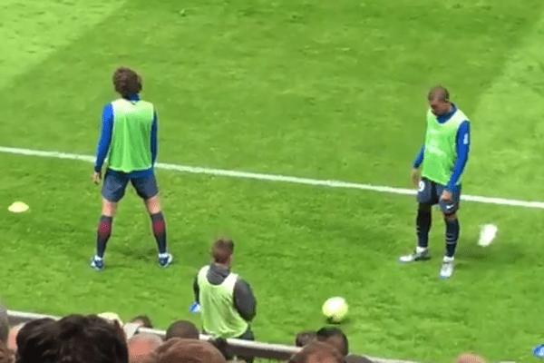 Kylian Mbappé à l'échauffement avec le jeune Tom lors du match face à Amiens SC le vendredi 4 mai 2018