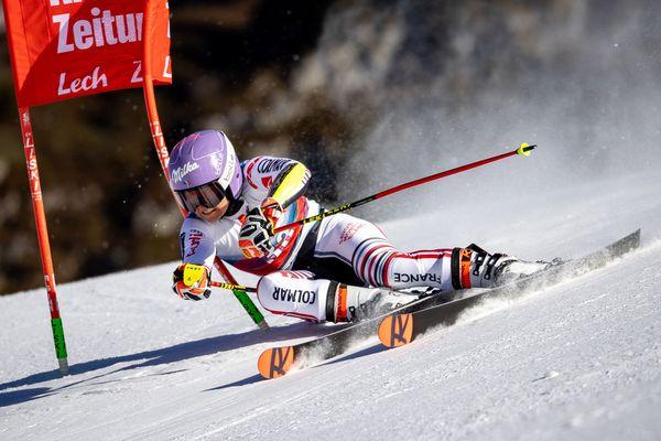 Tessa Worley lors du slalom parallèle féminin de la Coupe du monde de ski alpin FIS à Lech, en Autriche, le 26 novembre 2020.