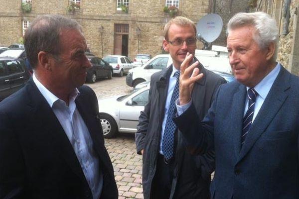 Bernard Hinault en discussion avec René Couanau, le maire de Saint-Malo