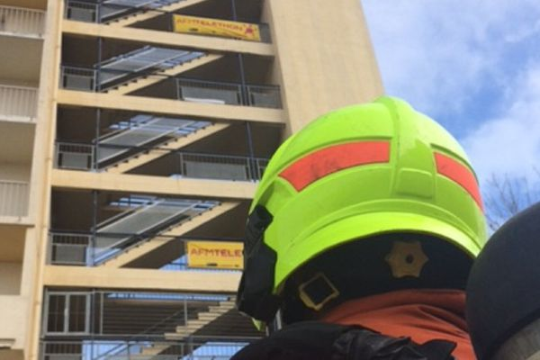 Les sapeurs pompiers vont gravir la tour d'entraînement de la caserne.