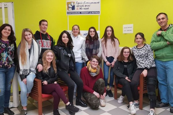 L'équipe de tournage du film sur l'illettrisme avec les secondes du lycée de Nermont à Nogent-le-Rotrou.