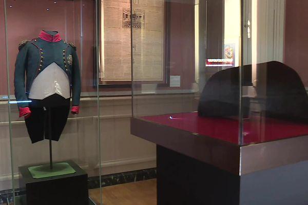 L'habit de chasseur à cheval et le bicorne de Napoléon Bonaparte, pièces emblématiques de la collection napoléonienne des Musées de Sens