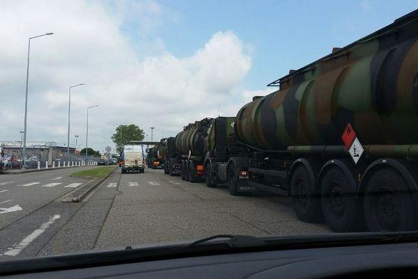 De longues files de camions citernes militaires devant l'aéroport de Toulouse-Blagnac