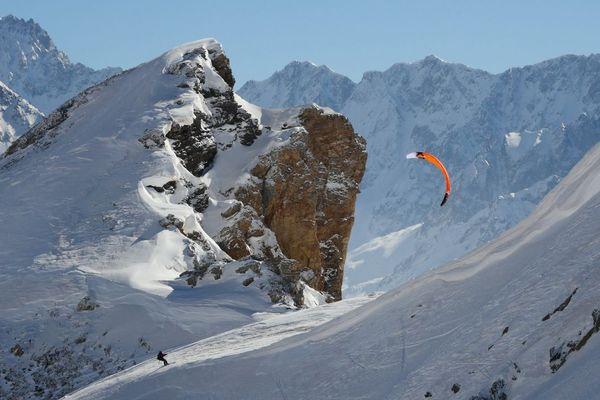 Johann Civel à l'assaut en snowkite du couloir nord-ouest des Trois-Évêchés, dans les Hautes-Alpes.