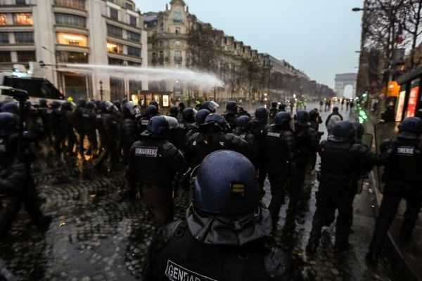Un canon à eau a été actionné pour disperser quelques centaines de manifestants sur les Champs-Elysées.