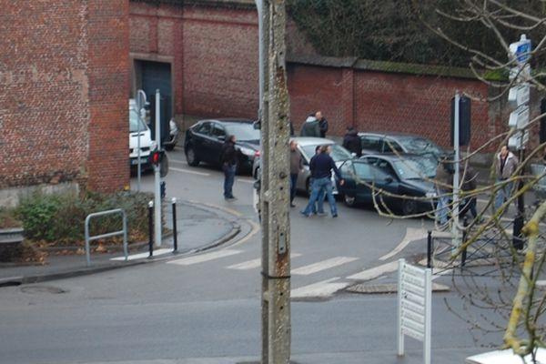 L'arrestation a eu lieu vers 11h30 à un feu, à l'angle de la rue du Bourg et l'avenue de l'hippodrome à Lambersart. Sur la photo, on aperçoit les policiers en civil.