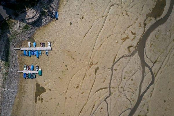 Sur la rive suisse des Brenets, les bateaux sont condamnés à quai. Figés par la sécheresse de l'été.
