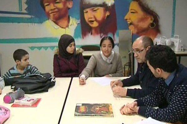 Les élèves participent à des séances de débat autour de thèmes touchant à la citoyenneté.