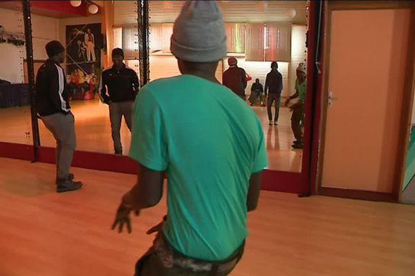 Après une douche et un repas chaud, les jeunes soudanais retrouvent un peu de l'insouciance de leurs 20 ans sur la piste de danse