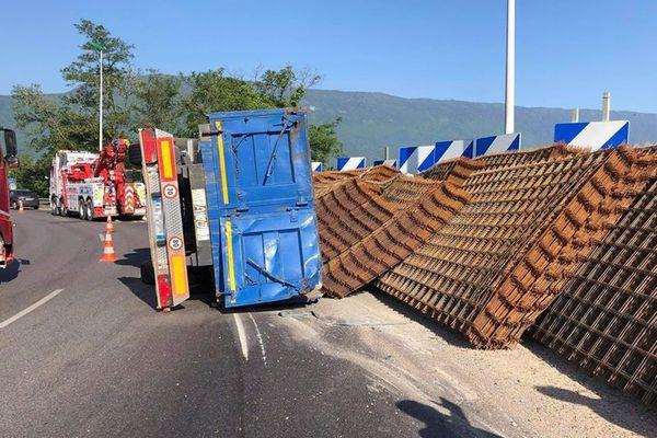 Un camion s'est renversé sur l'A43 près de Chambéry, provoquant d'importants embouteillages.