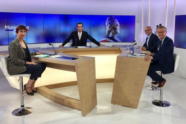 Jérémy Chevreuil entouré des trois candidats aux élections municipales à Besançon.