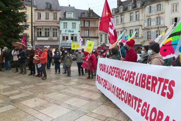 """A Lons-le-Saunier, les opposants à la proposition de loi """"sécurité globale"""" se sont mobilisés le samedi 12 décembre."""