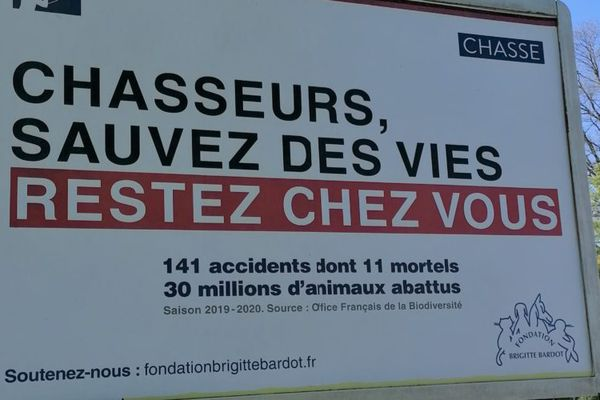 En mars dernier, la Fondation Brigitte Bardot lance une campagne d'affichage contre la pratique de la chasse. À la suite de cette campagne, la Fédération Nationale des chasseurs porte plainte pour ''diffamation''.