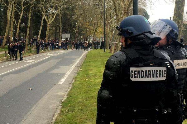 Les forces de l'ordre surveillent les mouvements des participants à la manifestation, le 24 mars 2016.