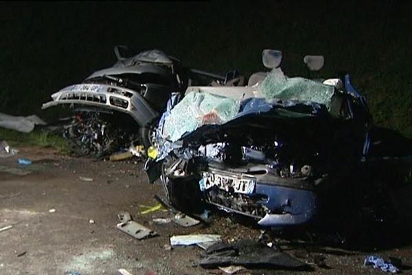 Les véhicules, preuves d'un choc extrêmement violent.