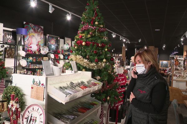 """Dans son magasin déserté alors que les rayons regorgent d'articles de Noël, Laure Beaudet a l'impression que son """"monde s'effondre"""""""