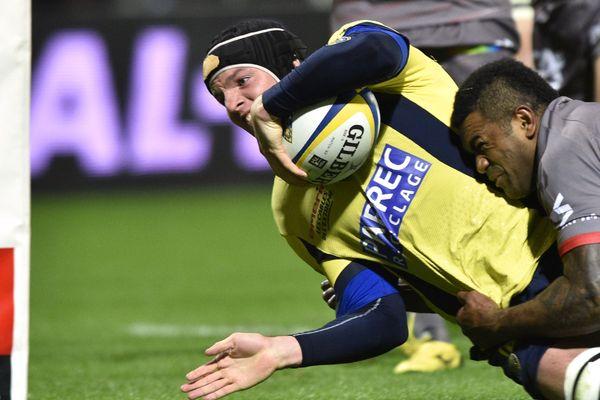 Arthur Iturria qui débute le match Harlequins-ASM Clermont Auvergne comme troisième ligne centre est la surprise de la composition dévoilée par Franck Azéma.