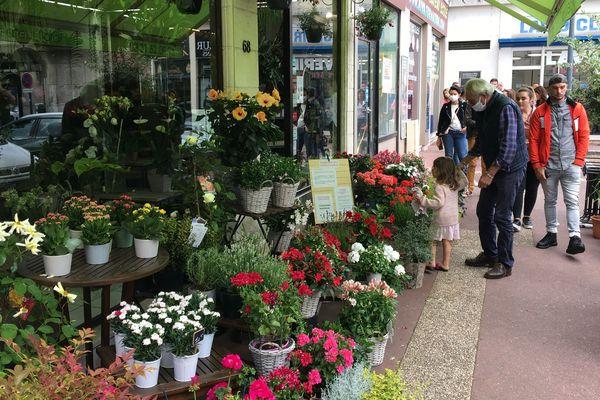 File d'attente devant l'entrée d'un fleuriste dans le quartier de la gare de Caen