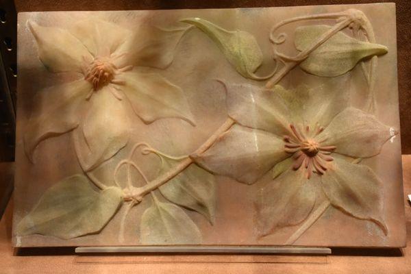 Attribuée au Frères Daum, cette plaque en pâte de verre représente des fleurs de clématites.