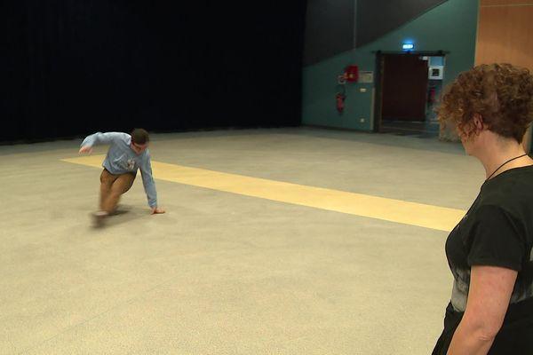 Loïc danse sous les yeux de sa mère