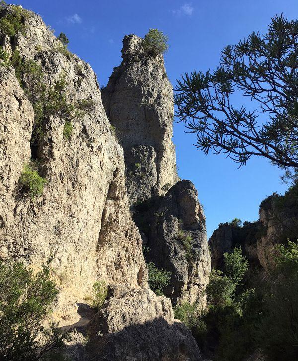 L'érosion a façonné un paysage ruiniforme dans le cirque dolomitique de Mourèze situé dans l'Hérault. Les rochers portent des noms : le Sphynx, le Gardien, l'Oracle, l'Ours et le Berger, les Hauts Fourneaux, le Cerbère, la Tour du Guetteur, la Tour de la Brèche, la Tour du Poulailler, etc…