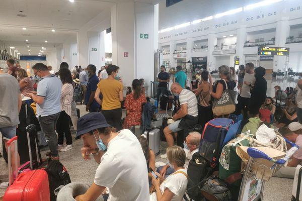 ce week-end, les 180 passagers du vol Malaga/Nantes ont du attendre 37h avant de pouvoir embarquer et rejoindre la France.