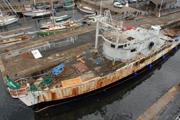 La Calypso en 2007, recouverte de rouille contre un quai du musée maritime de La Rochelle.