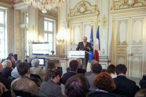 Le député-maire de Caen Philippe Duron présente à la presse le rapport de la commission Mobilité 21, Paris, 27 juin 2013