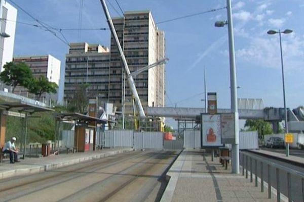 Construite il y a plus de 30 ans, la passerelle longue de 60 mètres reliait les immeubles de la Croix de Neyrat (Clermont-Ferrand) au centre commercial. Fermée au public depuis un an, elle sera entièrement démontée en novembre prochain.