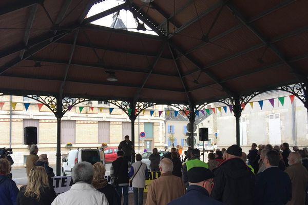 plusieurs dizaines de personnes étaient présentes ce samedi matin à Jargeau (Loiret) pour manifester contre les futures modalités de collecte
