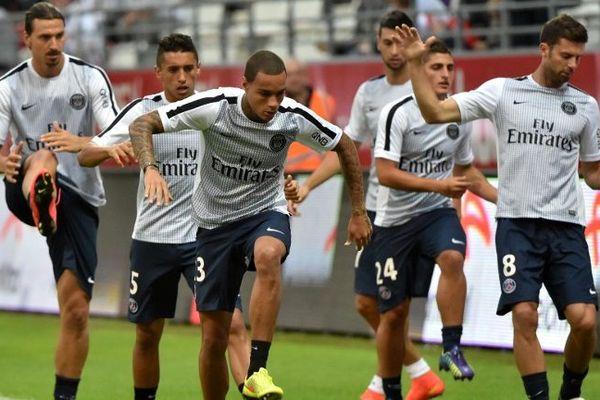 Les joueurs parisiens, lors d'un échauffement, avant d'affronter Reims en match d'ouverture de la saison de ligue 1.