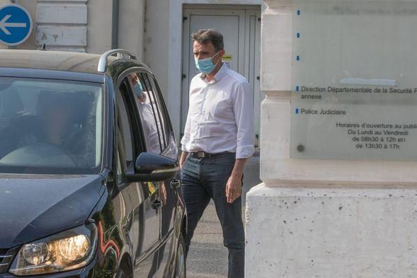Sortie de garde à vue d'Eric Piolle des locaux de la PJ de Valence