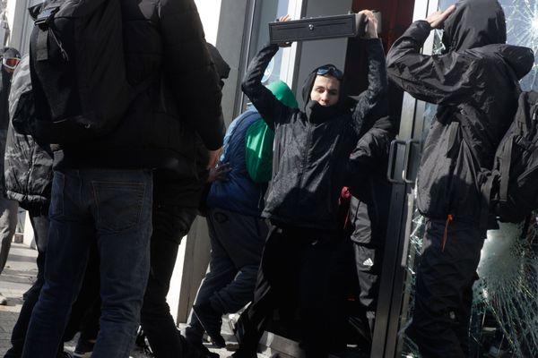 Lors du 18e samedi de mobilisation des Gilets jaunes, de nombreux individus vêtus de noir en ont profité pour vandaliser plusieurs commerces, comme ce magasin Celio sur les Champs-Elysées.