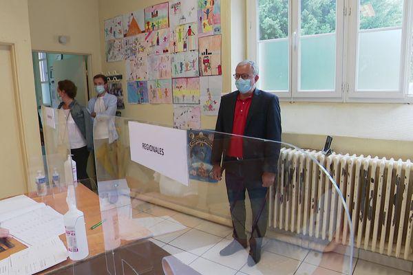 Denis Thuriot a voté à 14h30 à l'école Lucette Sallé de Nevers.