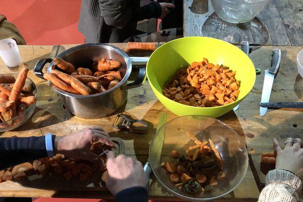 Les bénévoles de Food not bombs préparent les repas avant la distribution.