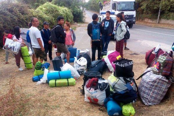 La préfecture des Yvelines évacue régulièrement les campements de Tibétains pour éviter qu'ils ne grossissent car le bouche à oreille va vite. Depuis 2012, Conflans est devenu une halte pour de ces hommes et femmes qui, en général, obtiennent le statut de réfugié politique.