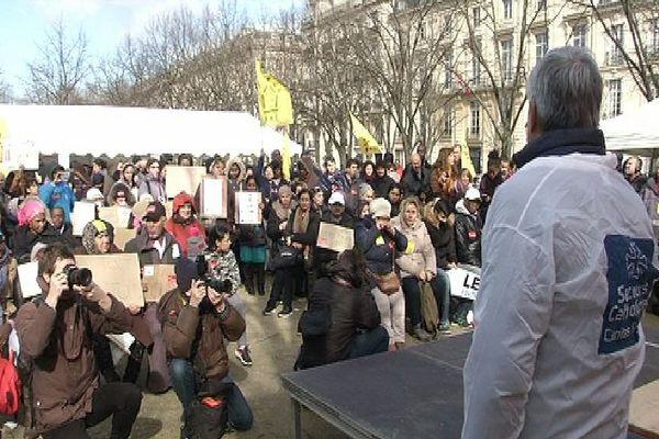 Environ 300 personnes étaient réunies ce samedi sur l'esplanade des Invalides pour demander l'application totale de la loi DALO.