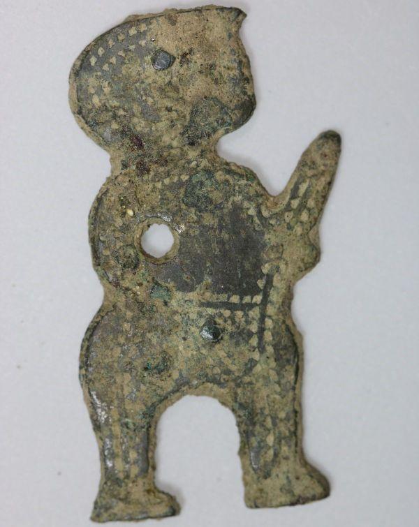Pendentif en alliage cuivreux, période médiévale, trouvé sur le site de l'ex clinique Sainte-Marthe, à Dijon.