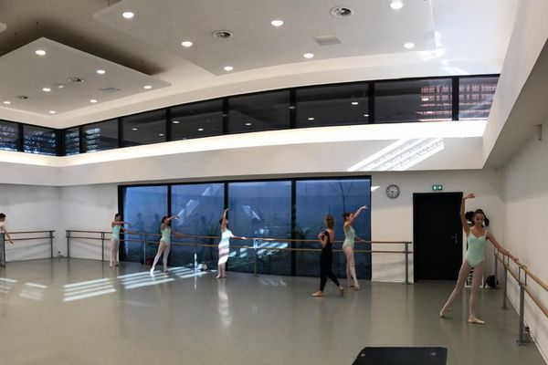 A l'école de danse de Mougins, les élèves ont repris les cours sans les jeunes filles placées en confinement.
